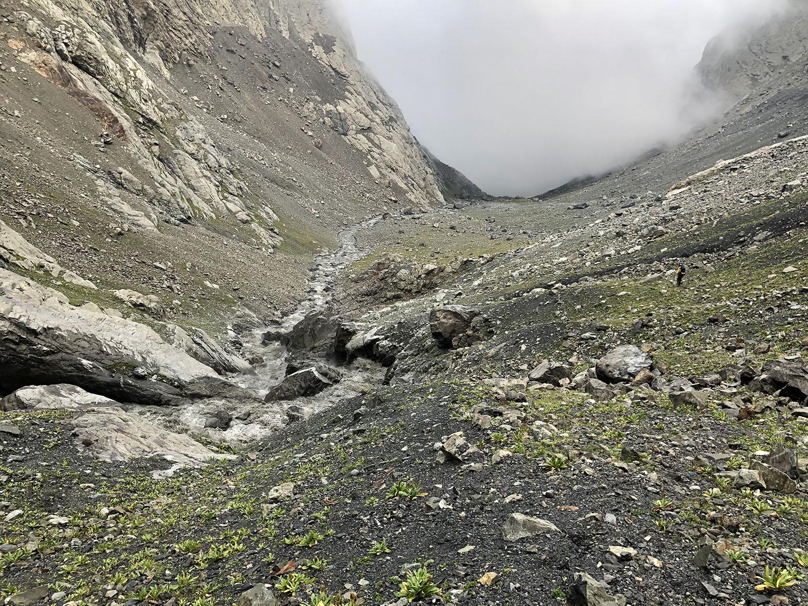 Спуск к третьей ступени каньона Мидаграбин